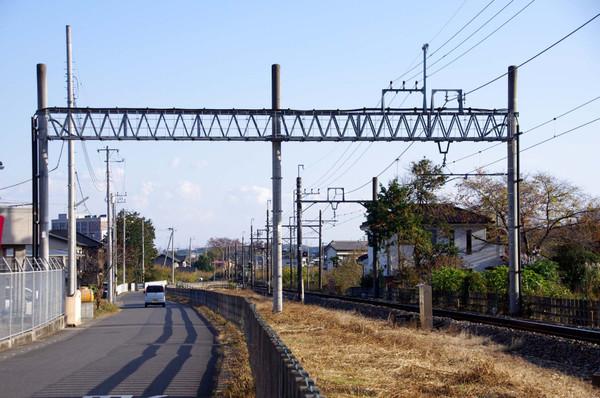 道路を跨ぐ架線柱: マル鉄コレクション館